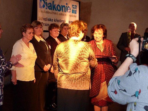Jednou z deseti oceněných, kteří v Praze na Novoměstské radnici přebrali ocenění z rukou první dámy Lívie Klausové, je i Martina Jakubová, zaměstnankyně Diakonie ČCE v Myslibořicích.