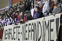 Příznivci Horácké Slavie Třebíč v pondělním derby vyjádřili svoji nevoli nad výkony hokejistů mlčením. I bez jejich podpory ale domácí hráči utkání zvládli a své fandy nakonec k hlasité podpoře svojí hrou vyzvali.