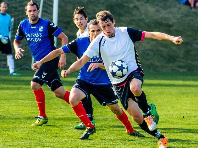 Jemnicko (u míče) vstoupilo do sezony porážkou na trávníku nováčka krajského přeboru Herálce (na snímku), ale tým ze Žďárska se stal lídrem a mužstvo z jižního cípu Vysočiny po vyhraném derby nad Okříškami poskočilo na druhou příčku.