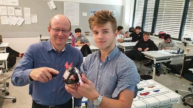 Ing. Gerža a student Luděk Linhart při pokusu s fotovoltaickým panelem