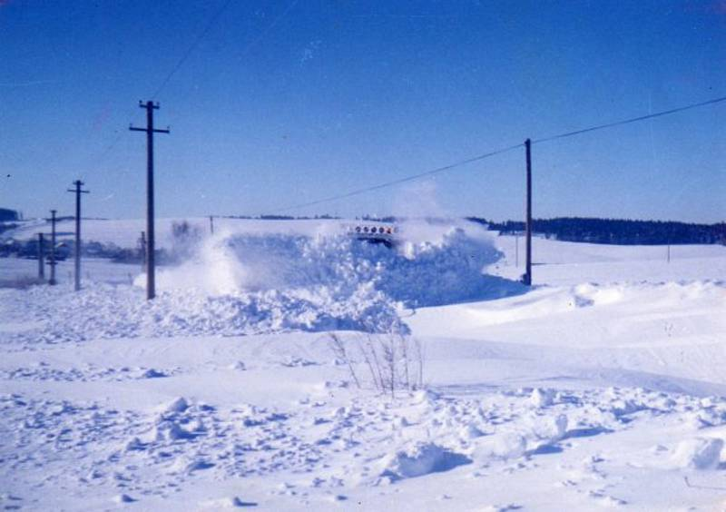 Sníh a silný vítr udělaly před 20 lety nejen z Třebíčska téměř nedostupnou zónu. Na Třebíčsku pomáhala civilní obrana z Bučovic se svými vozidly.  Řada míst byla nedostupných.