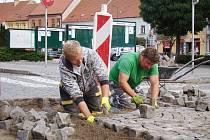 Dělníci dokončují opravy vozovky u sousoší Cyrila a Metoděje po rekonstrukci tamní části kanalizační sítě.