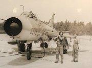 S pumou. Pplk. Ploc, který působil v letech 1976 – 1982 jako velitel 20. stíhacího bombardovacího leteckého pluku. Na snímku je před cvičným letem na střelnici. Pod trupem letounu Su-7 BKL je podvěšená kontejnerová puma RBK-250.