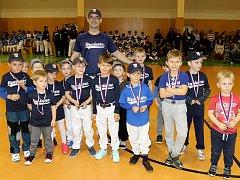 Baseballová přípravka předškoláčků sice ještě nemá své velké soutěže, ale z oceňování si medaile pro nejužitečnější hráče odnesly všechny děti. Na trénincích se s trenéry věnují hlavně všeobecnému pohybovému rozvoji.