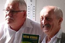 Knihu pokřtil herec Oldřich Navrátil (vpravo). Vedle stojí spoluautor Lubomír Lampíř.