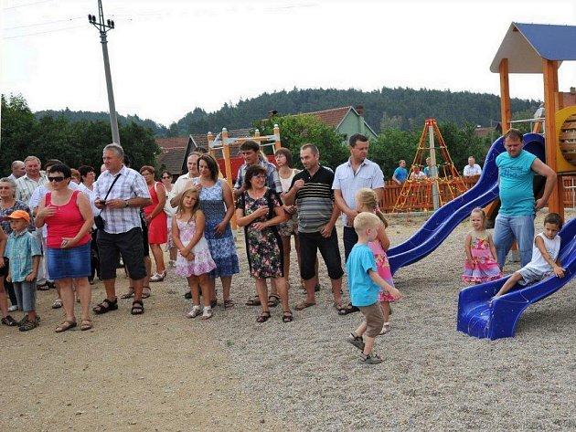 V novém areálu je víceúčelové sportovní hřiště a dětské hřiště s hrací sestavou a lanovou dráhou.