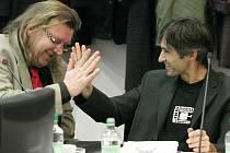 Takto se Milan Šťastný a Milan Zeibert z Břehů radovali na zastupitelstvu města v roce 2010 poté, co byl druhý jmenovaný potvrzený coby místostarosta. Oba dva se budou o přízeň voličů ucházet také v podzimních komunálních volbách.