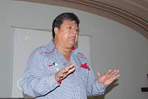 VŮNĚ KVĚTIN V JINÉM SVĚTLE. Tak zněl název přednášky, s níž vystoupil ředitel organizace CEADEL José Gabriel Zelada Ortiz (na snímku) z Guatemaly na třebíčském katolickém gymnáziu.