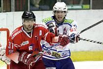Třebíčští hokejisté (ve světlém) měli v duelu s třetí Olomoucí víc než na bod. Tři třetiny ani pětiminutové prodloužení o vítězi nerozhodly, o bonusovém bodu pro Olomouc rozhodl v páté sérii nájezdů Petr Polodna.