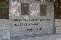 Památník v Jubilejním březovém háji v Koutkově ulici.