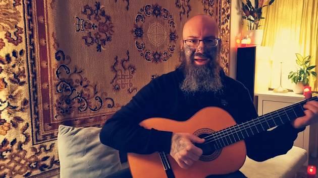 VIDEO: Jak chceš volně dýchat, ptá se básník Hejátko ze Zahrádky v písni o viru