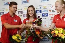 Juniorský mistr světa Jiří Sýkora si po návratu do Prahy připíjí s rovněž zlatou chodkyní Anežkou Drahotovou a stříbrnou výškařkou Michaelou Hrubou.