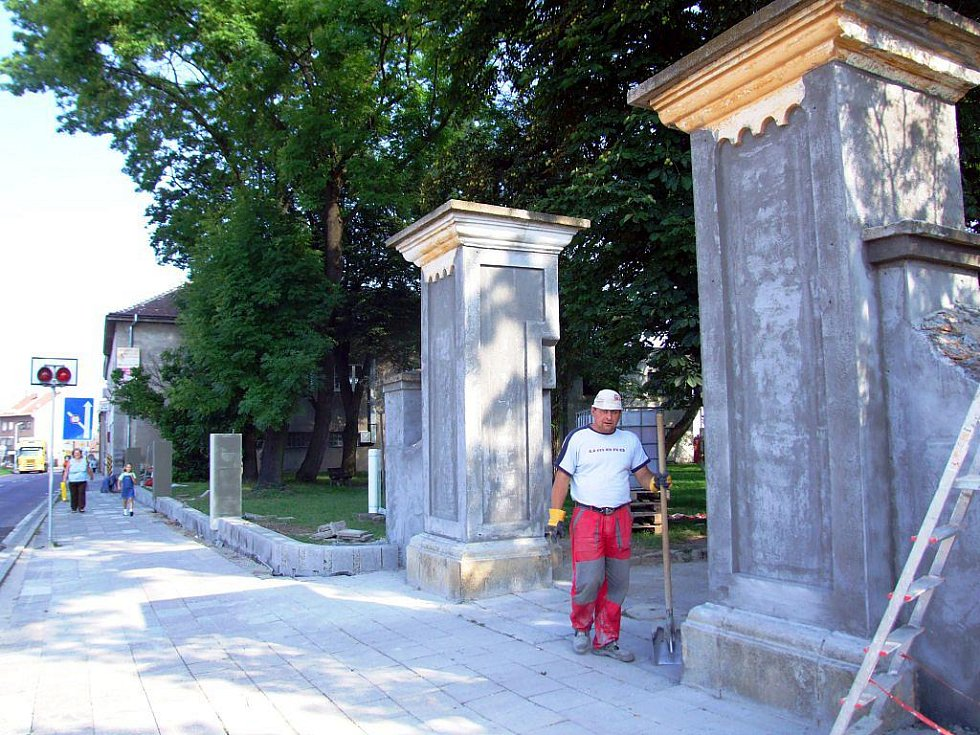 Před gymnáziem v Moravských Budějovicích je rušno. Město totiž sehnalo dotaci, a tak roste zbrusu nová zídka, opravy se dočká i vstup, nový bude chodník.