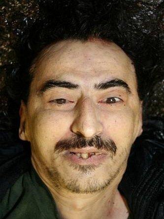 Muž byl střední postavy, vysoký asi 190 centimetrů. Měl delší černé vlasy a na obličeji strniště s krátkým knírem.