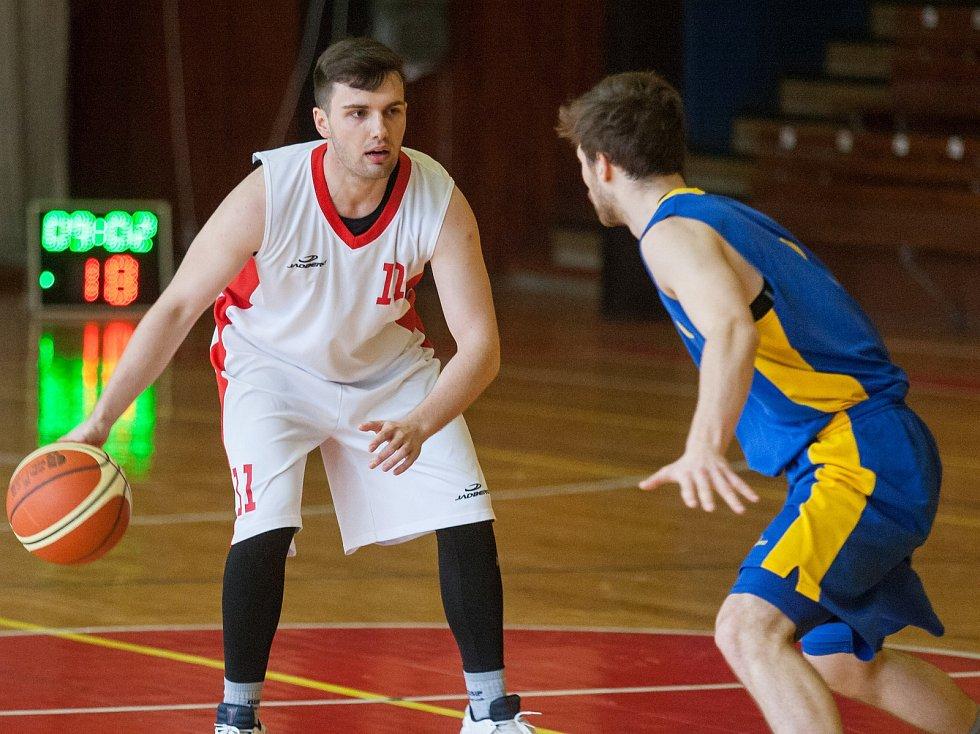 Třebíč (v bílém) otočila první semifinálový duel v Kyjově, domácí odvetu sice prohrála, ale postup do finále si vzít nenechala.