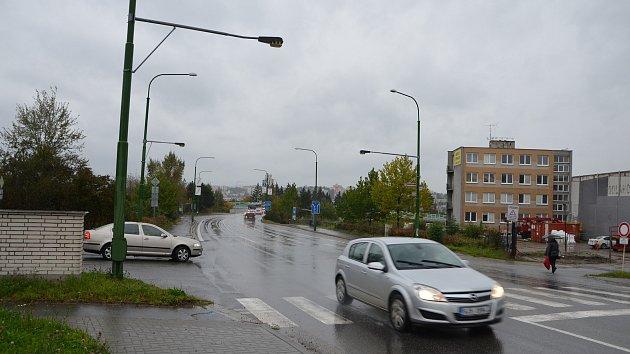 Rušnou křižovatku na okraji průmyslové zóny začnou řídit semafory