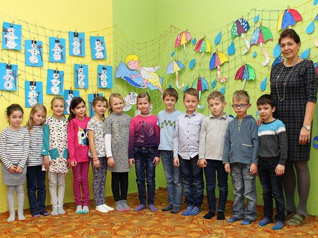 Na fotografii jsou prvňáčci ze ZŠ a MŠ ve Valči spaní učitelkou Lenkou Kohoutovou. Příště představíme prvňáčky ze ZŠ Bartuškova vTřebíči.