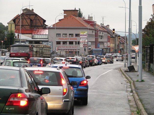 Do centra vede cesta přes Hrotovickou.