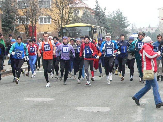 Závodník z pořádajícího oddílu Atletic Třebíč v tradičním Silvestrovském běhu na Klučovskou horu, Tomáš Nováček (s číslem 105) obsadil druhou příčku.