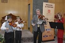 Vystoupení malých muzikantů s Mistrem. V loňském roce si malí houslisté zahráli spolu s Jaroslavem Svěceným. Letos je v hrotovickém hotelu Sport čeká vystoupení s Pavlem Šporclem.