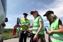 Dopravně bezpečnostní akce proběhla ve čtvrtek v Okříškách. Policisté spolu s žáky čtvrté třídy místní základní školy kontrolovali řidiče a tentokrát se zaměřili především na rychlost.