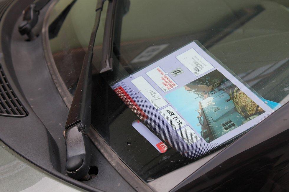 Na polovině parkoviště na Podzámecké nivě budou moci od listopadu zdarma parkovat rezidenti, držitelé parkovacích karet z židovské čtvrti. Prostor pro ně bude vyhrazený. Na rubu parkovací karty je vyznačený plánek, kde všude se dosud smí v židech parkovat
