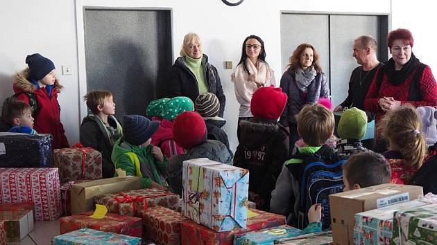 Děti zabalily dárky do více než padesáti krabic od bot pro chudší děti v regionu a přinesly je na radnici.