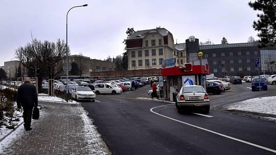 Parkoviště na Komenského náměstí v Třebíči.