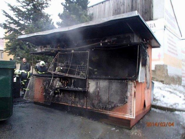 Stánek začal hořet po výbuchu nahromaděného plynu z propanbutanové lahve.