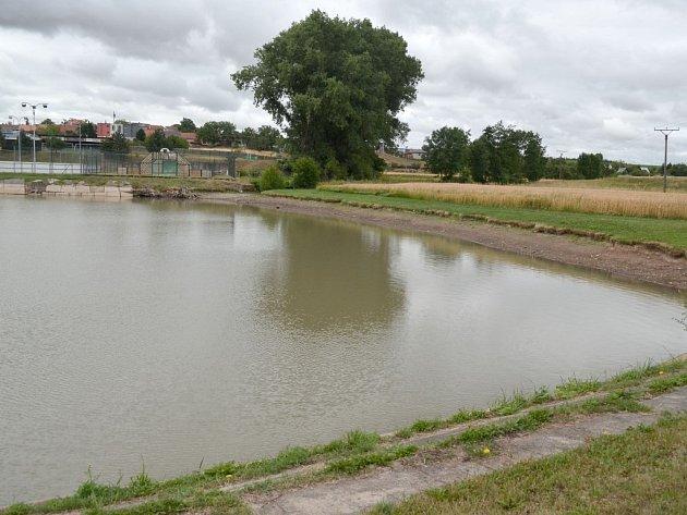 Kvůli vyschlému hlavnímu přítoku odhalil rybník Suchánek v Mohelně své břehy.
