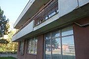 Bývalý nemocniční panelák v Družstevní ulici v Třebíči se má proměnit v moderní pracoviště pro pacienty s demencí, má tam být také vědecké a vzdělávací centrum i laboratoř. Zatím je budova vybydlená.