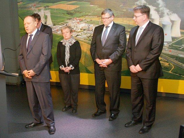 Ředitel výroby Ladislav Štěpánek (první zleva) a Dana Drábová v dukovanské elektrárně.