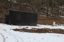 Na Lavičkách na Dalešické přehradě se uskutečnily velké terénní úpravy na černo, které nyní přikryl sníh. Úřady zakázaly další bagrování,  bagry proto v lokalitě nejsou.
