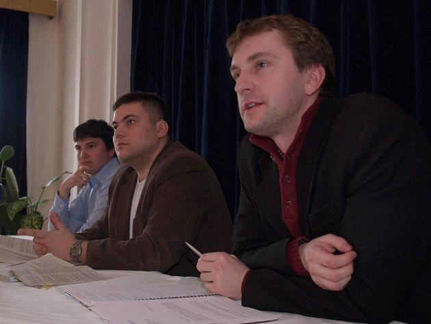 Ředitel Transparency International David Ondráčka a právníci protikorupční organizace na veřejné diskusi v Třebíči, kde oznámili svůj úmysl podat trestní oznámení.