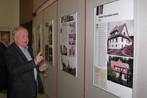 Slavné stavby, vily a rodinné domy Bohuslava Fuchse jsou k vidění ve foyer Divadla Pasáž.