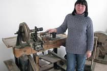 Místostarostka Miluše Pospíšilová ukazuje dřevěný soustruh na vykružování knoflíků z lastur, slangově nazývaný čamrdářský ponk. Je nejvzácnějším exemplářem budoucího perleťářského muzea v Předíně.