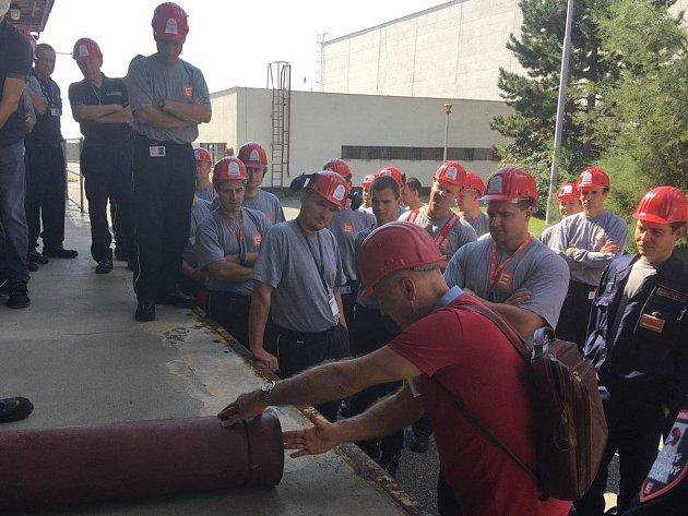Výcvik k hašení tlakové láhve v Jaderné elektrárně Dukovany.