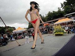 Přehlídku krásných dívek na soutěži Miss pláž.