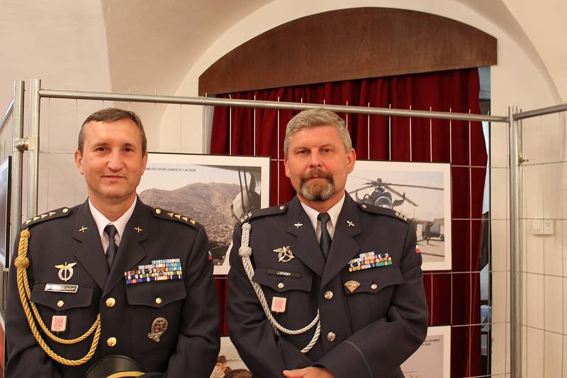 Ze slavnostního otevření výstavy Ten druhý život. Na snímku jsou autoři některých fotek: Jan Czvalinga (vlevo) a Josef Spurný.