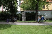 Uzavírka v Třebíči a její dopady. Největší klid je v parčíku u gymnázia. Tamní osazenstvo chodí nejčastěji pěšky.