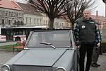 V Třebíči zahájili letošní veteránskou sezonu. Radek Kittler a jeho neobvyklý velorex.
