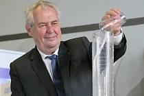 """Prezident Miloš Zeman při pokusu zvaném """"sloní zubní pasta""""."""