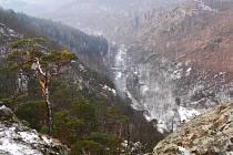 Boj starostů a dalších lidí, kteří nechtějí údolí řeky Oslavy nechat zaplavit vodou, pokračuje i přes ujištění, že Povodí Moravy od dalších příprav výstavby přehrady upustilo.