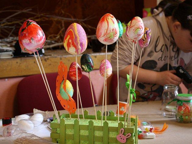 Ženy společně s dětmi vytvářely velikonoční vajíčka, kuřátka, zajíčky, perníčky, košíčky a různé zelené dekorace.