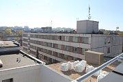 Sousední nemocniční panelák, v němž jsou už neutěšené podmínky k léčbě, půjde k zemi příští rok.