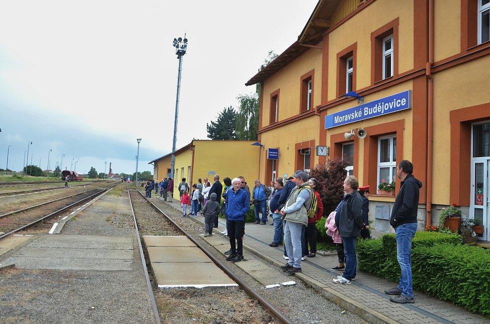 Sobotní oslavy zavítaly i na železniční stanici v Moravských Budějovicích, kde byla k vidění výstava modelového kolejiště, a vozidla spolků Máňa doprava a SVD-JMZ.
