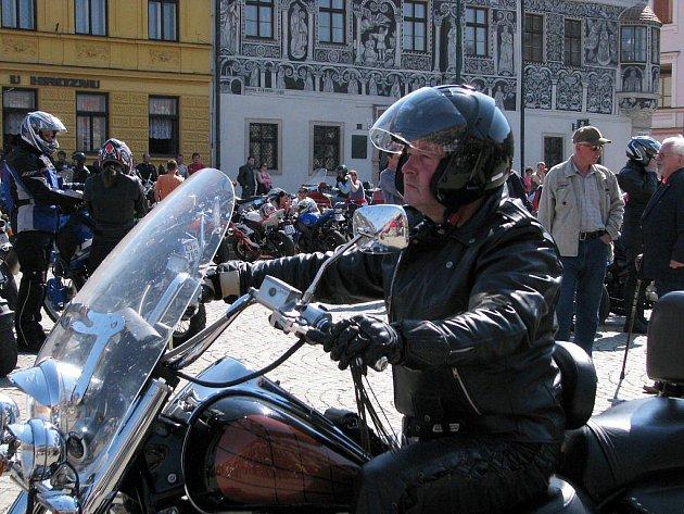 Motorkáři o víkendu otevřeli spanilou jízdou svoji sezonu. Prohlédnout si jejich skvosty mohli i lidé z Třebíče na Karlově náměstí.
