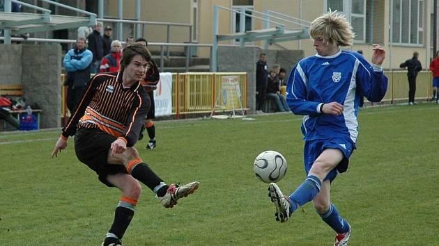 Třebíčským mladým fotbalistům se dařilo, svoje utkání vyhráli kromě žáků i mladší a starší dorostenci (na snímku v černém dresu).