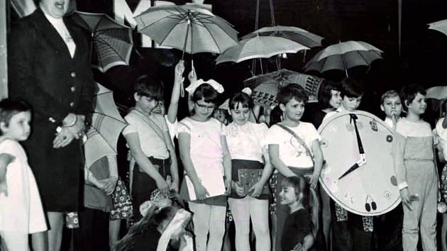 Mezinárodní den žen. Na fotografii jsou děti, které vystoupily při MDŽ v roce 1981. Foto: Archiv města Náměšť nad Oslavou
