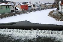 Zamrzlá řeka Jihlava v pátek 25. ledna v Třebíči.